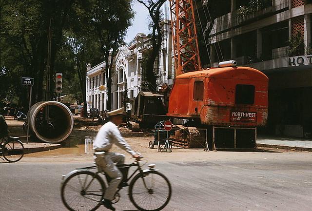 SAIGON 1966 - Lắp đặt đường ống nước sạch đường kính 1,5 m trên đường Lê Thánh Tôn