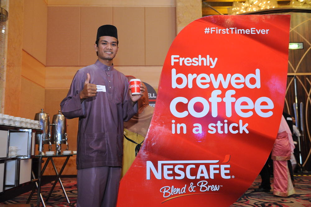 One of the Rindu Awak 200% Raya Winners sampling NESCAFÉ® Blend & Brew™