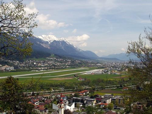 Völs, Flughafen Innsbruck und Innsbruck