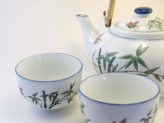 tea(0.0), saucer(0.0), drink(0.0), serveware(1.0), cup(1.0), tableware(1.0), coffee cup(1.0), ceramic(1.0), porcelain(1.0),
