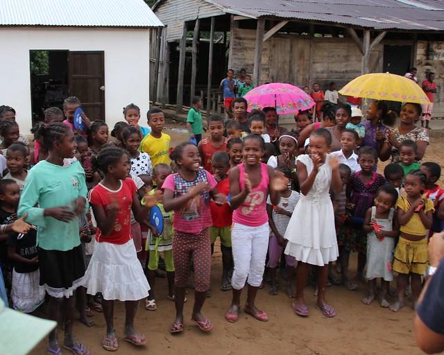 Dorfkinder tanzen