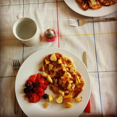 Superlekker ontbijt van pannenkoekjes met appel, speltmeel en sojayoghurt, geserveerd met fruit en geroosterde amandelschilfers. #healthylife #goeiemorgen