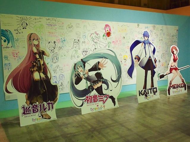 初音ミク・ルカ・KAITO・MEIKOの立て看板とPIAPROの壁