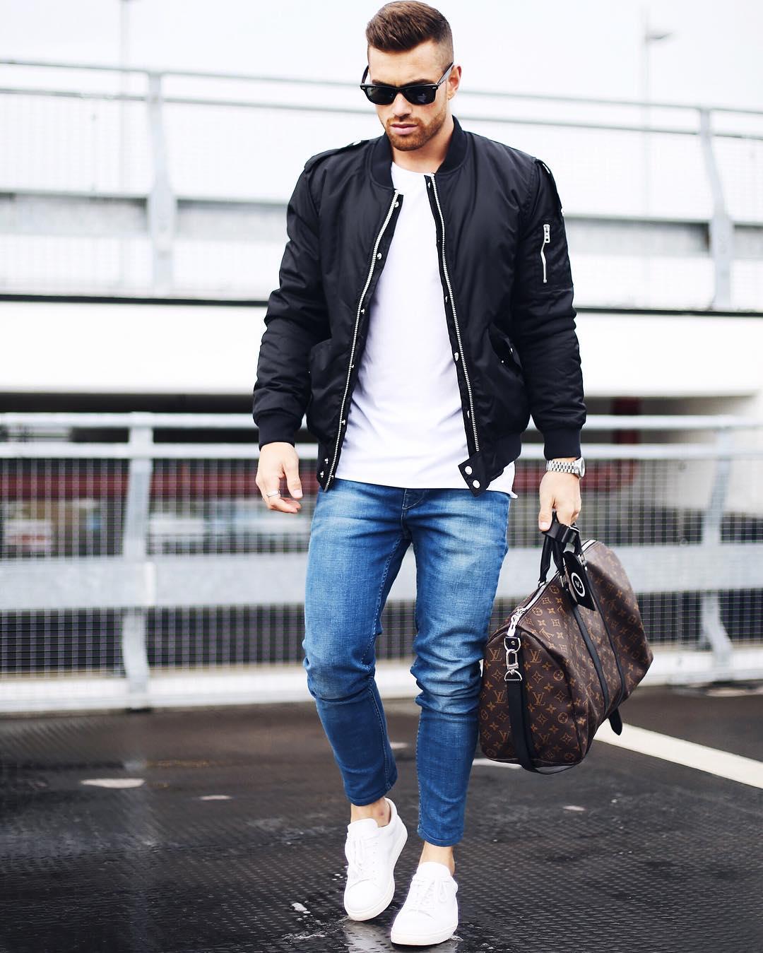 黒MA-1×白Tシャツ×デニムパンツ×白ローカットスニーカー