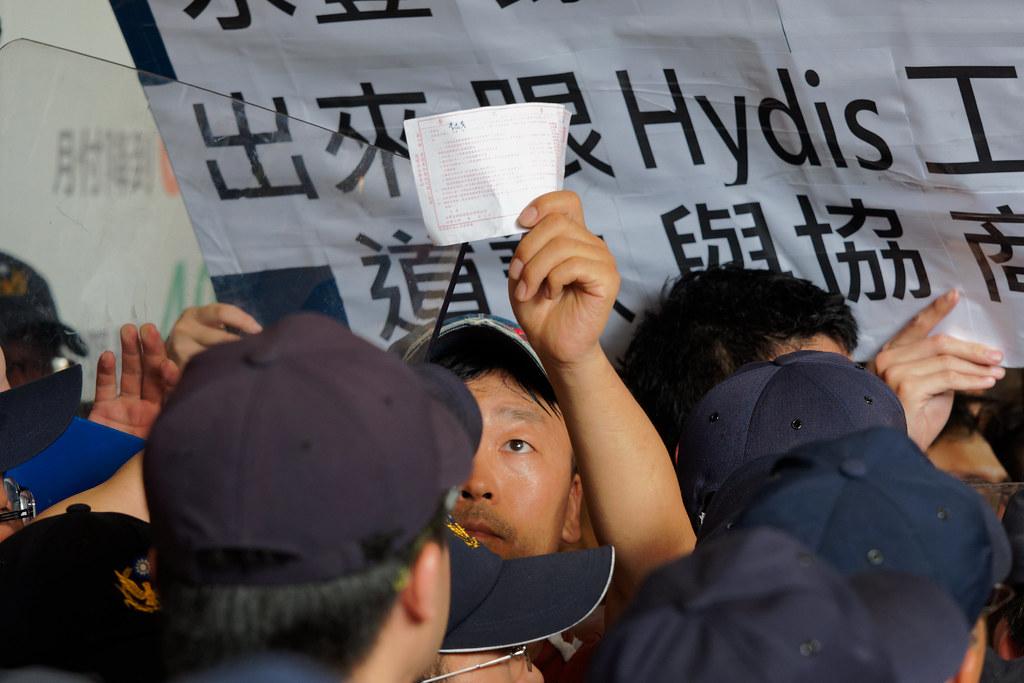 李尚彥在衝突中始終高舉委託書主張權利,最終為自己贏得留在台灣繼續奮鬥的機會。(攝影:林佳禾)
