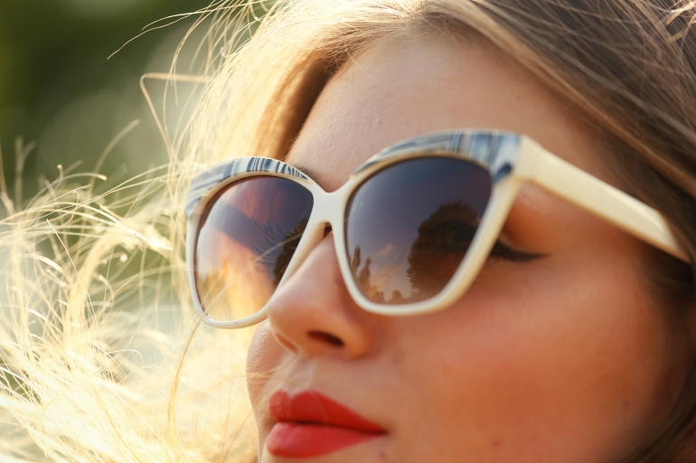 Flip a coin, fashion is a party, fashion blogger, zara zonnebril, zara, vanharen, hakken, sandalen, sandalen met hak, midirok, midi skirt, vila, primark, off white, cat eye zonnebril, cat eye sunnies, arnhem, winged eyeliner, retro outfit, outfitpost, red lipstick, rode lipstick