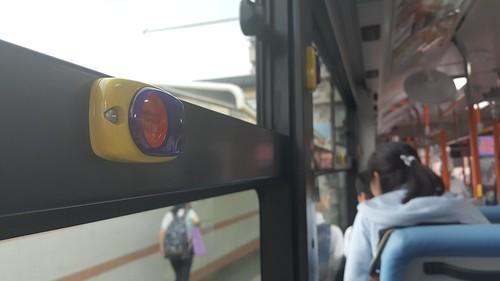 ออดกดเพื่อบอกว่าลงป้ายหน้า บนรถเมล์มีประจำทุกแถวที่นั่งครับ สะดวกกว่าของประเทศไทยเยอะ