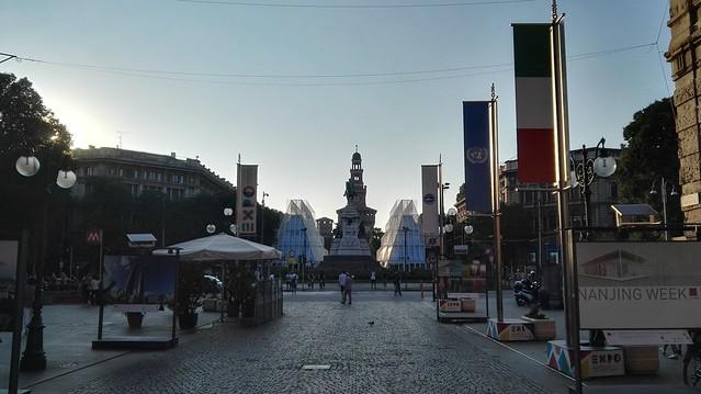 Castello Sforzesco mit dem EXPO Gate und den EXPO-Fahnen im Vordergrund