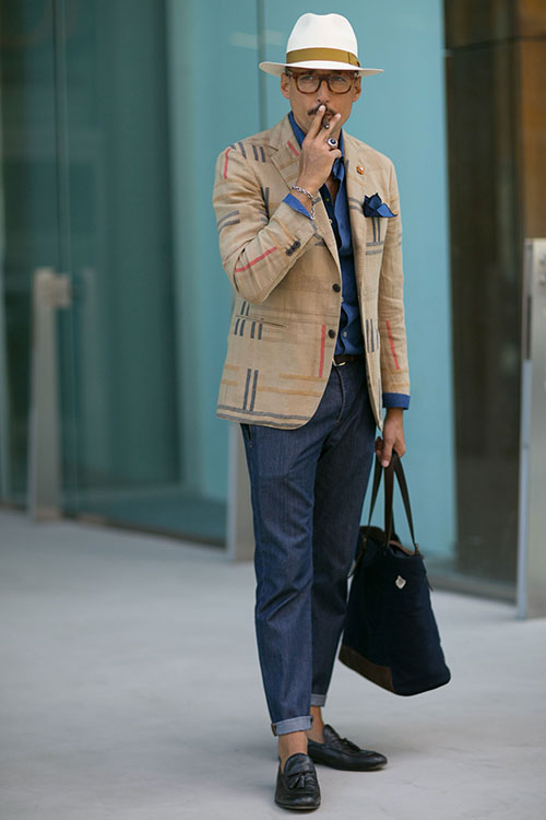 ベージュジャケット×デニムパンツ×黒タッセルローファー+パナマ帽