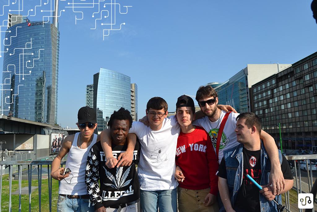 Parte dos jovens reunidos em frente aos edifícios de Milão (Foto - Progetto Camp US)