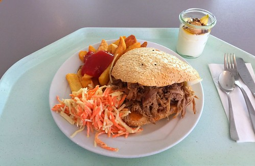 Pulled pork in pita with cole slaw & steak house fries / Pulled pork im Fladenbrot mit Cole Slaw & Steakhouse Pommes