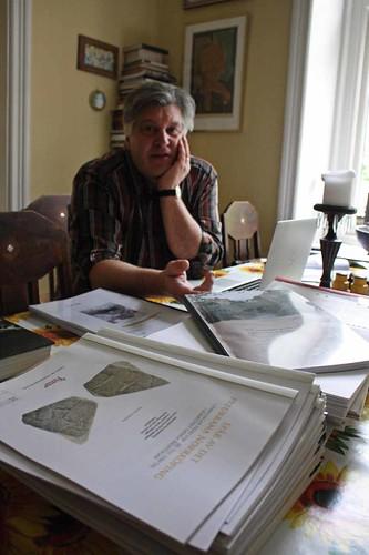 Peter Carelli läser in sig på arkeologiska rapporter