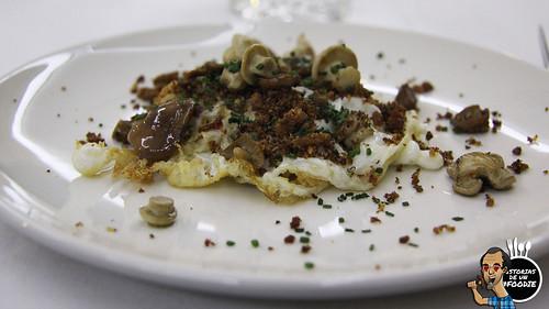 Huevo frito de pollita con tierra de pan y perretxiko