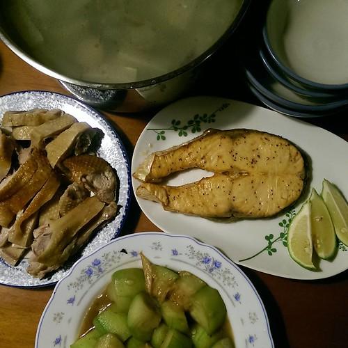 20150707 ✓阿波烤鮭魚 ✓炒絲瓜 ✓蛤蠣冬瓜湯 ✓鹹水鴨切盤  #葛蘿的餐桌  #我家阿波  #AxGX2T