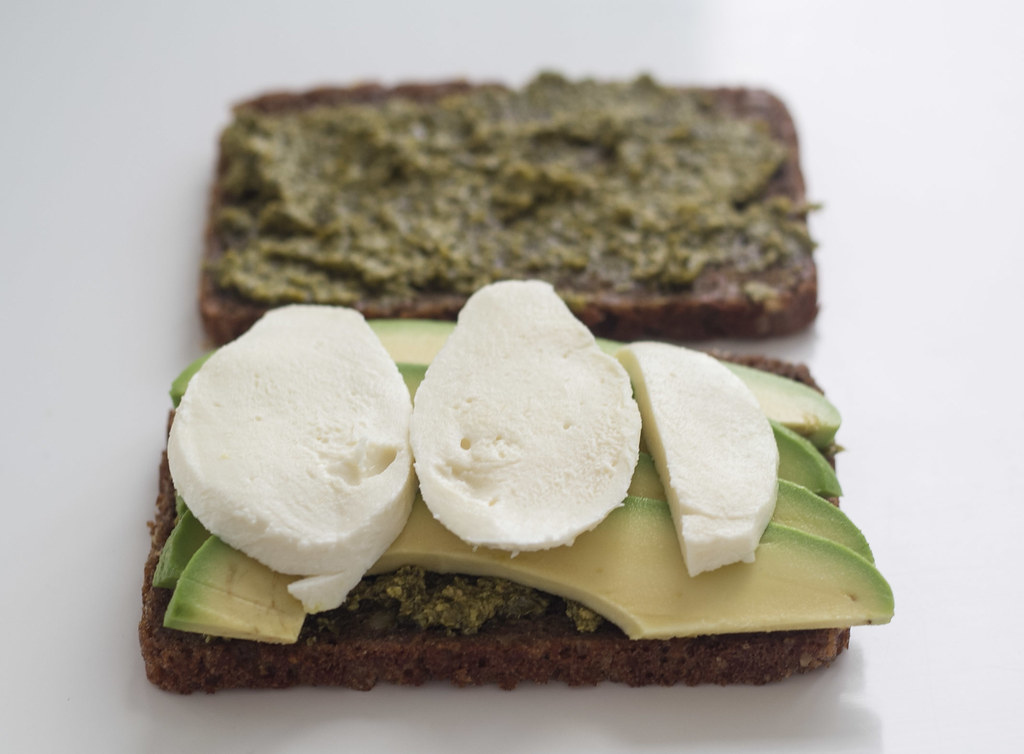 Rugbrødspanini - Panini med rugbrød, avokado og mozzarella (3)