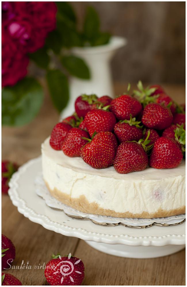 Nekeptas sūrio tortas su braškėmis (1)