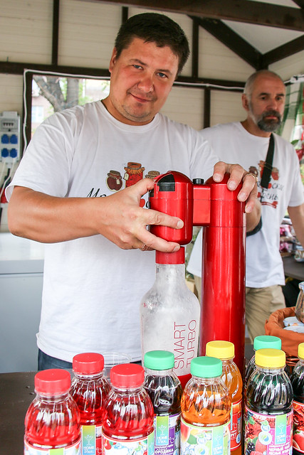 Mors (Russian lingonberry juice) stand in Moscow, Russia モスクワ、コケモモの炭酸ジュース『モルス』の売店