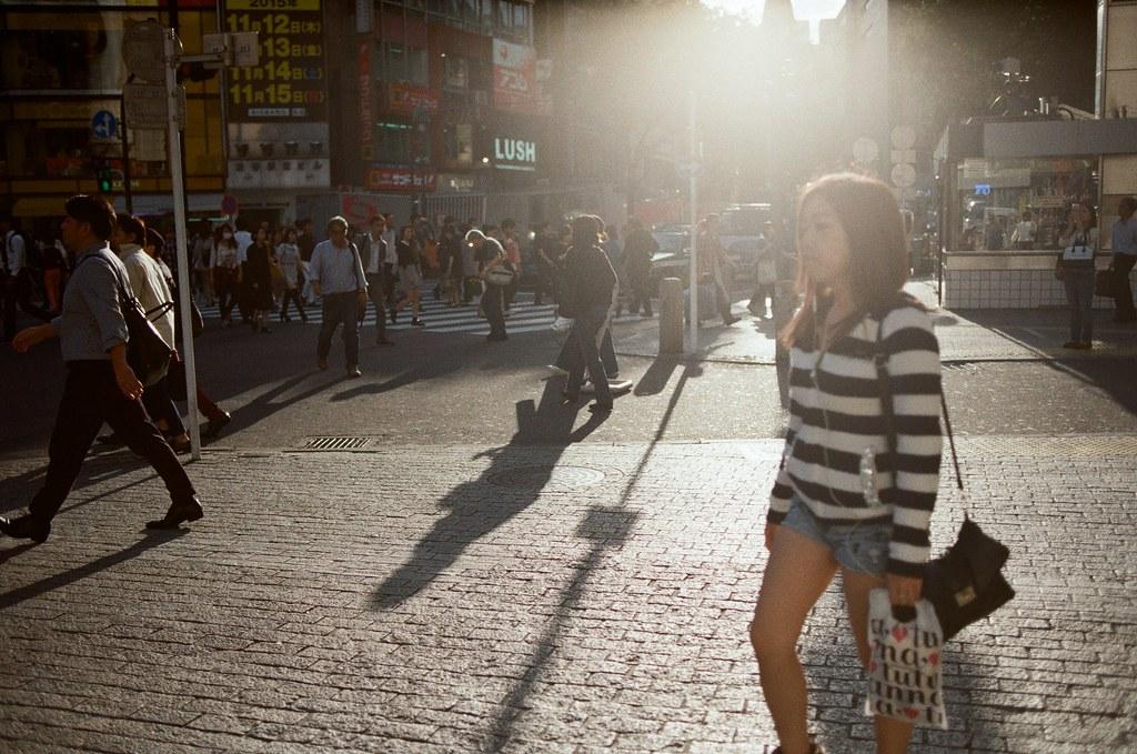 渋谷 Tokyo, Japan / Kodak ColorPlus / Nikon FM2 那時候準備落下的太陽很刺眼的照映。就決定來拍拍這樣樣大逆光的感覺!  只想表現手法,而畫面隨意!  Nikon FM2 Nikon AI AF Nikkor 35mm F/2D Kodak ColorPlus ISO200 0997-0020 2015/10/02 Photo by Toomore