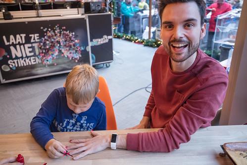 Domien is blij met zijn gelakte nagels voor Tijns actie (3fm.nl/tijn)