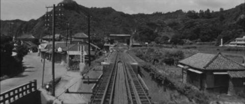 80−天津小湊駅に貨物列車が到着する