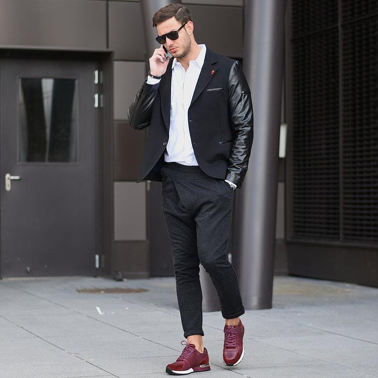 黒袖レザーテーラードジャケット×白シャツ×黒ジョガーパンツ×エンジスニーカー