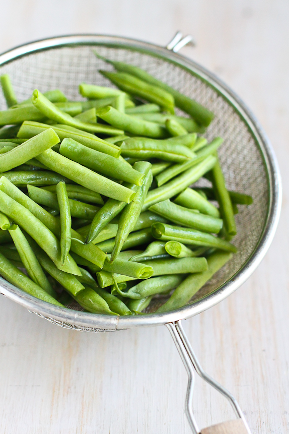 Green Beans with Lemon and Toasted Almonds...100 calories and 3 Weight Watchers PP for a quick and healthy side dish! | cookincanuck.com #vegetarian #recipe