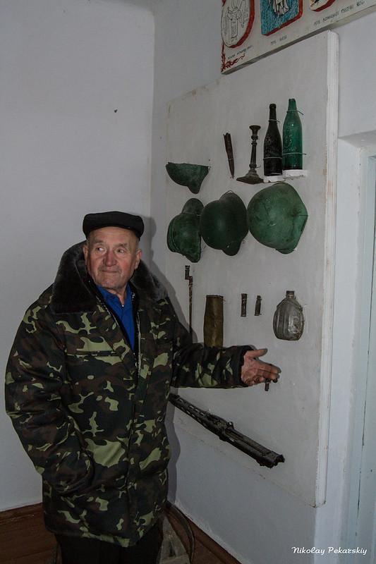 Дмитрий Якович показывает музейные экспонаты