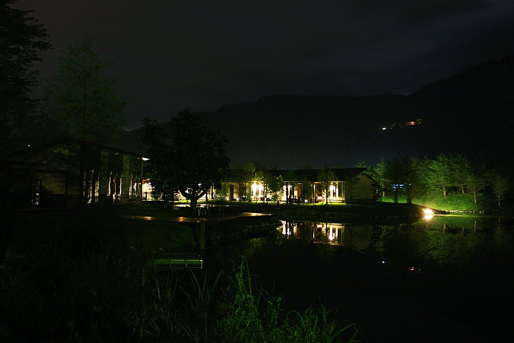 夜晚的住宿區+湖水