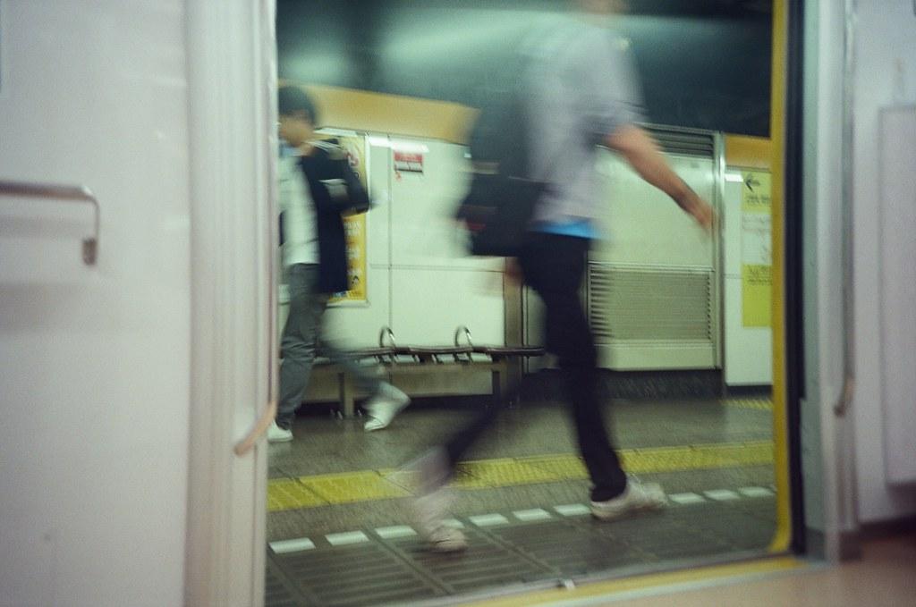Tokyo, Japan / KODAK 500T 5219 / Lomo LC-A+ 東京來了好多次了,好像不需要特別規劃行程也可以很隨意的逛。  東京已經不像是我的旅遊城市了,它比較像是在一段慢長時間裡、逐漸快被淡忘而回來懷念記憶的地方。  東京不再有當時第一次旅遊的驚奇感了,但或許我可以稍微平靜一點的慢慢紀錄這個城市。  即使忘記了,下次還會有機會再回來。  Lomo LC-A+ KODAK 500T 5219 V3 7393-0037 2016-05-22 Photo by Toomore