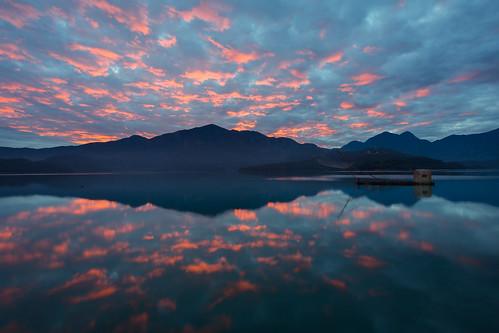 taiwan reflections dawn sunrise lake 日月潭 日出 火燒雲 倒影 南投