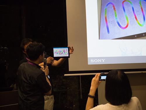 Xperia アンバサダー ミーティング デモ : Xperia Z4 Tablet では 滴り落ちる程の水滴がついていても、操作できます (2)