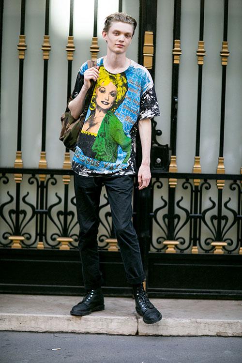 柄Tシャツ×黒スキニー×黒ブーツ