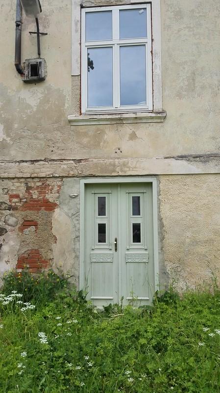 Durvis ēkai pie baznīcas