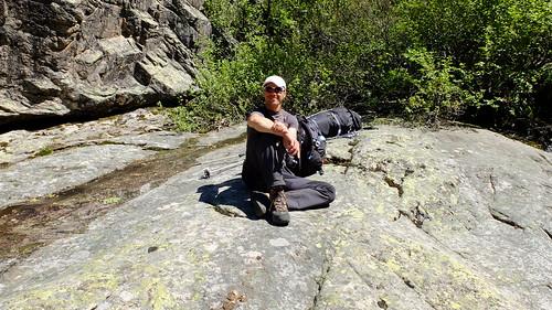 Pause sur la dalle arrosée par le ruisseau