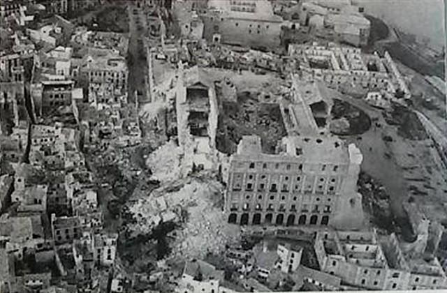 Alcázar destruido en 1936. Vista aérea de la zona con los cráteres de las minas y las casas destruidas.