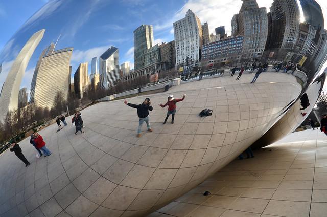 Posado frente al espejo gigante de The Bean, la alubia de Chicago
