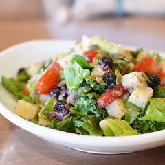 I tried out all the new summer items at @nativefoodscafe starting with the Summer Berry Salad: Blueberries and strawberries tossed with kale, romaine, jicama, cherry tomatoes, pumpkin seeds and mango lime dressing. This is a light summery dish so feel mor