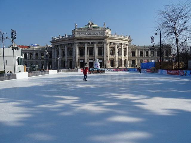 Wien, 1, Bezirk (the art of very historic buildings in the core of downtown Vienna), el Burgtheater (Teatro imperial de la corte) - Josef-Meinrad-Platz/Universitätsring/Löwelstraße (the Burgtheater on ice!)
