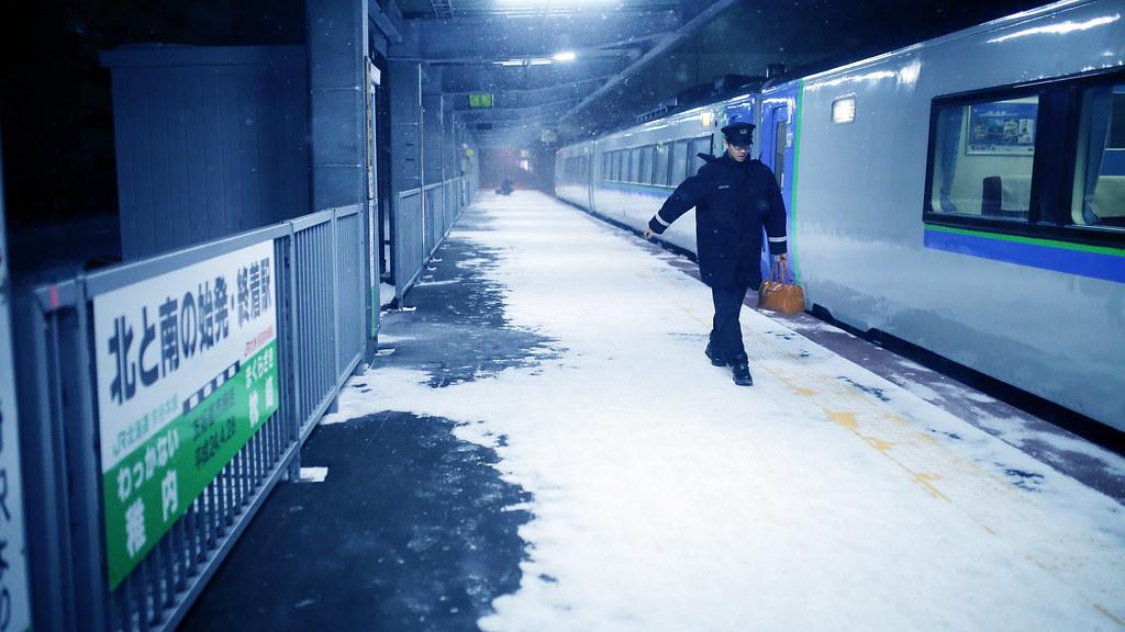 稚内駅 Wakkanai, Japan / Sigma 35mm / Canon 6D 剛抵達稚內車站,在月台上逗留了一下。搭了 5 個小時的火車,列車上的暖氣很溫暖,但是與外面的氣溫落差太大,一走出車廂呼吸到冰冰冷冷的空氣有點不舒服。  想說下次能在月台上拍就是離開的時候了。所以把握可能可以拍的畫面,多拍!  那時候開始飄起大雪,雪飄到眼睛很鹹,弄的我眼睛很痛,不知道是不是因為靠近海邊的關係。  列車員要下班離開了,月台上只剩下我一個人在拍照,順著他走過來的路線、角度拍下來!  Canon 6D Sigma 35mm F1.4 DG HSM Art IMG_6468_16x9 2017/01/22 Photo by Toomore