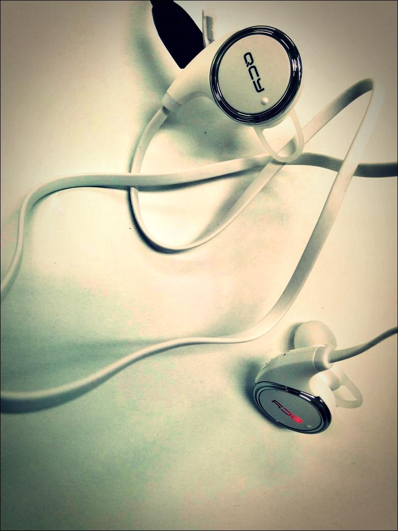 충전 중-'QCY QY8 블루투스 이어폰'