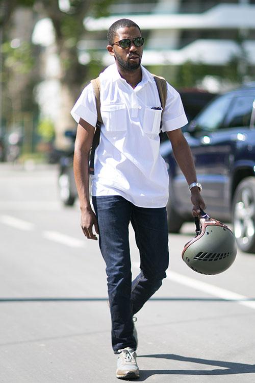 半袖白シャツ×デニムパンツ×Valentinoのスニーカー