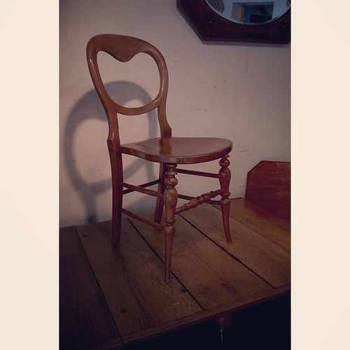 ブログアップデート。ちょいとオシャレなバルーンバックの椅子です。http://swallow-dale.com/new-item/b150802/ #アンティーク #バルーンバック #チェア #antique #chair #balloonback