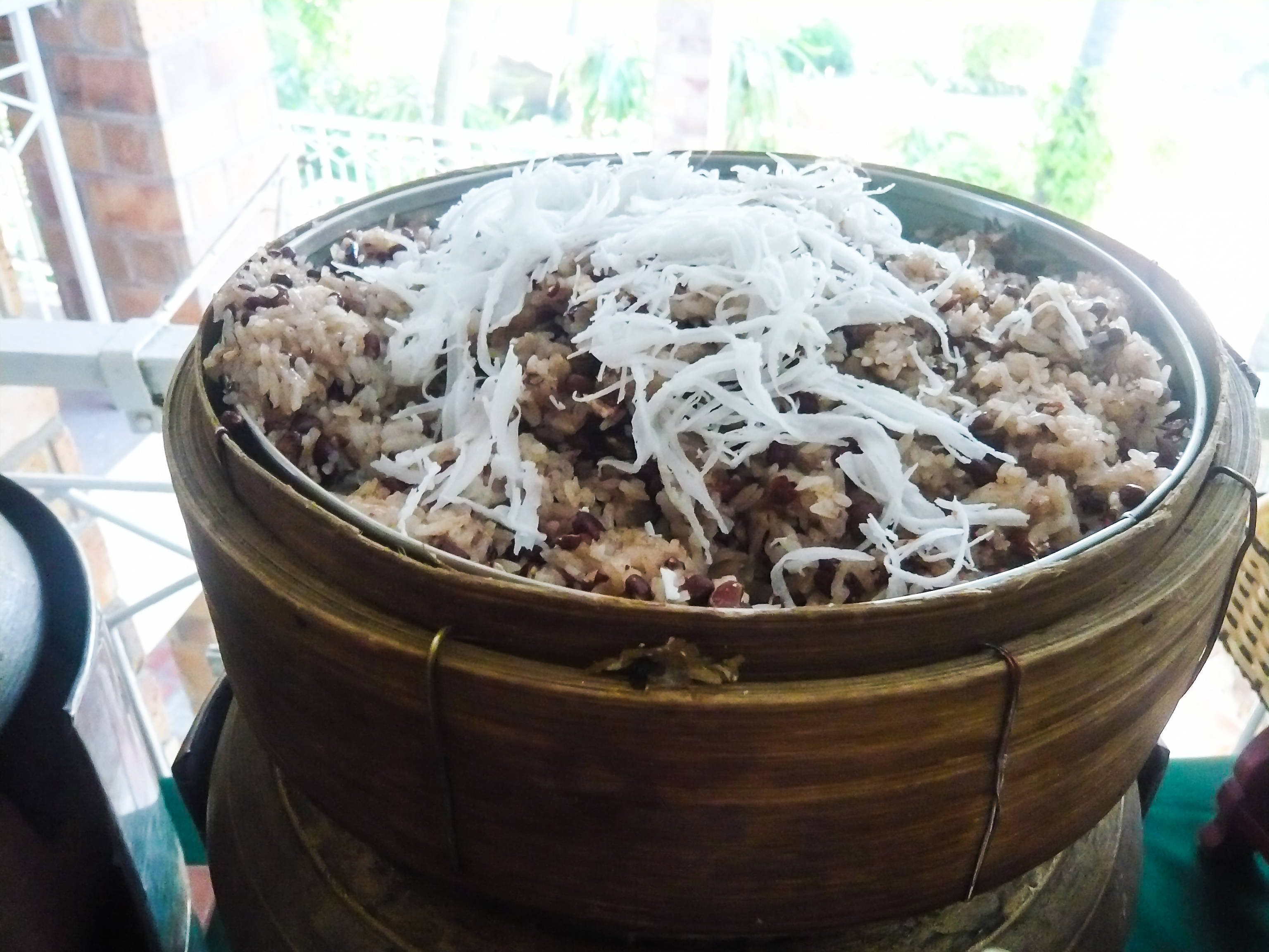 Xôi đậu đỏ (Sticky rice with red beans and shredded coconut)