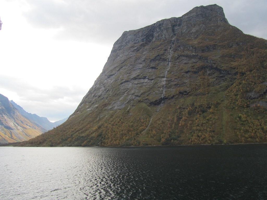 La montaña se sumerge en el mar directamente
