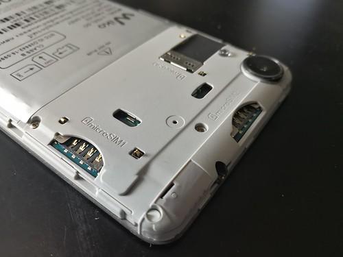 ช่องใส่ Micro SIM และ MicroSD card ของ Wiko U Feel Go