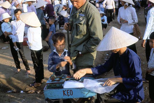 Vietnam 1970 by Stewart Jackson (3) - Chợ xã Dưỡng Điềm, quận Sầm Giang, tỉnh Định Tường (nay là huyện Châu Thành, tỉnh Tiền Giang)