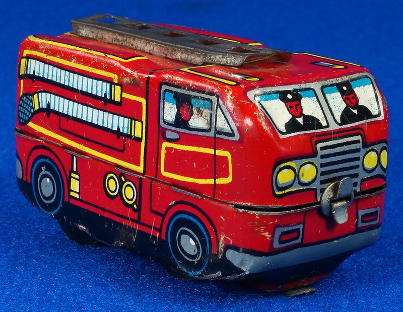RD10081 Vintage Wind Up Tin Miniture Fire Truck Made in Japan DSC08373