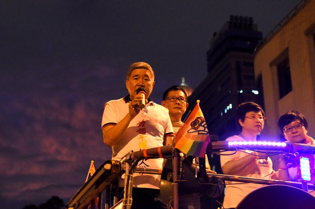 在一起生活超過30年的何祥(左起)與王天明疾呼婚姻平權是人權。(攝影:宋小海)