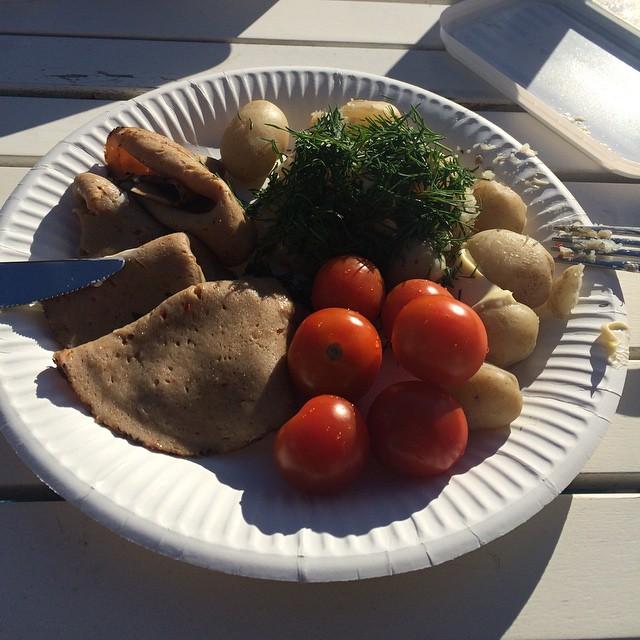 Plockade pären och kokade en stund. Serverade med smör och dill, rostbiff och tomater. Perfekta sommarmaten! #vadveganeräter på #kolonin.
