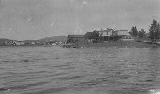 Summer cottage, Whycocomagh, Cape Breton, Nova Scotia, 1909 / Un chalet d'été à Whycocomagh (Nouvelle Écosse), en 1909